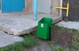 Установка урн у подъезда дома по адресу ул. Сокольская, 9